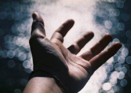 César Romão: Quando estender a mão, não mostre o rosto