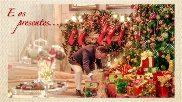 a21ef7e9266 Otávio (Tony Ramos) abaixado perto da linda árvore de Natal para  bisbilhotar um dos presentes de Charlô (Irene Ravache)