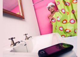 Lordello: Levar o celular para o banho é perigoso?