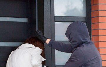 Jorge Lordello: Portão demorou para abrir e o morador foi assaltado na frente do prédio.